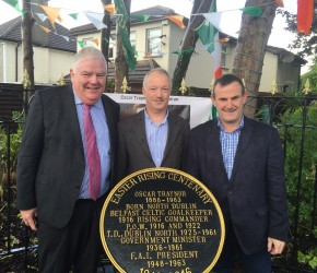 Plaque unveiled to Oscar Traynor by grandnephew Robert Gilligan and Woodlawn Residents Association